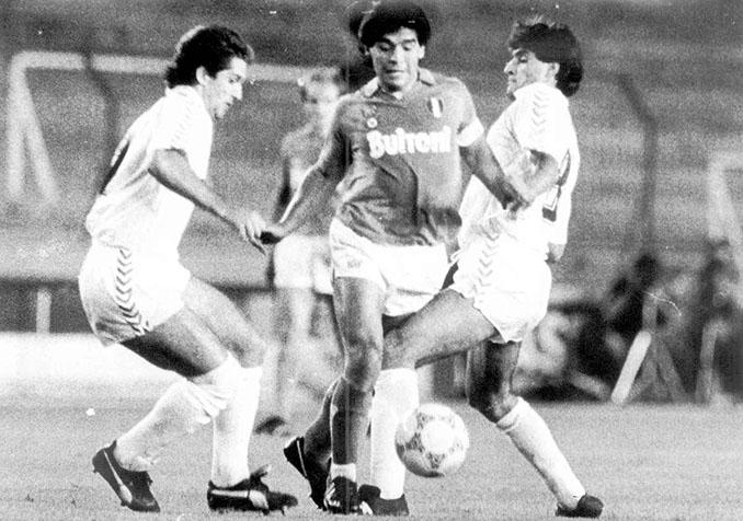 Chendo y Michel pugnan con Maradona - Odio Eterno Al Fútbol Moderno