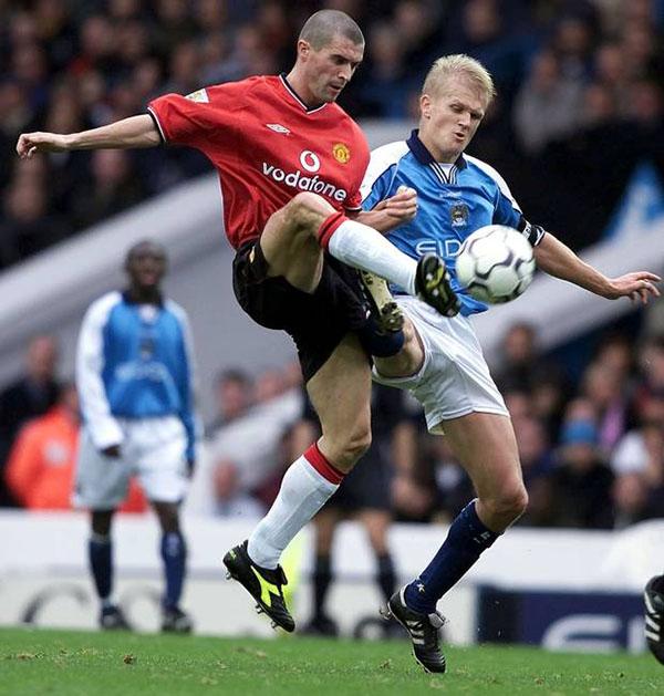 Keane y Haaland disputan un balón durante el derbi - Odio Eterno Al Fútbol Moderno
