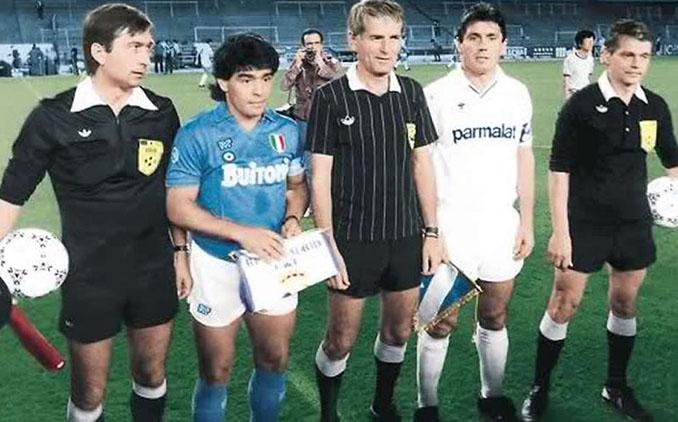 Maradona y Santillana en los prolegómenos del partido del silencio - Odio Eterno Al Fútbol Moderno