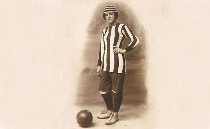 Única foto de Nita Carmona como futbolista sin estar caracterizada como hombre - Odio Eterno Al Fútbol Moderno