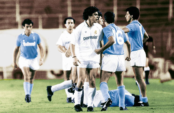 Manolo Sanchís discutiendo con los jugadores del Nápoles en San Paolo - Odio Eterno Al Fútbol Moderno