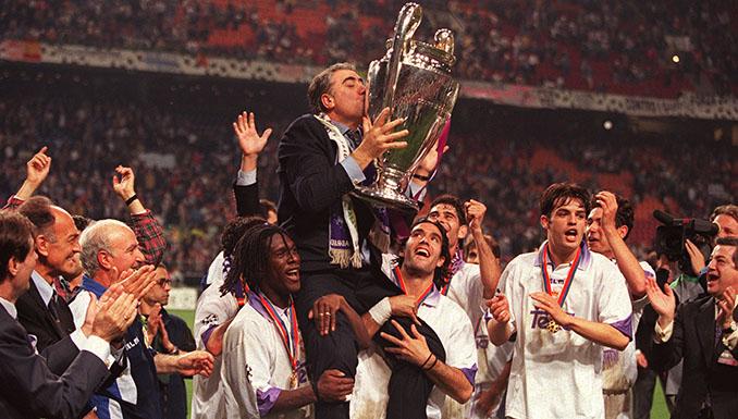Lorenzo Sanz en hombros con la séptima Copa de Europa del Real Madrid - Odio Eterno Al Fútbol Moderno