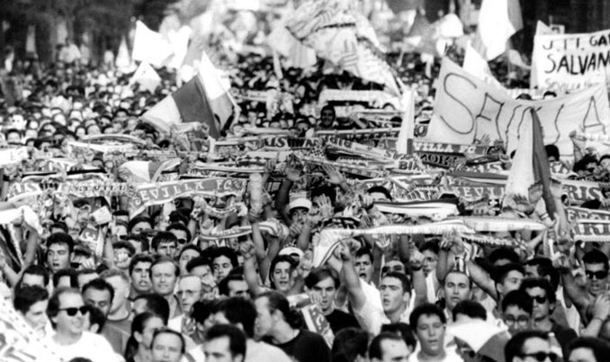 Manifestación en Sevilla pidiendo la salvación del club - Odio Eterno Al Fútbol Moderno