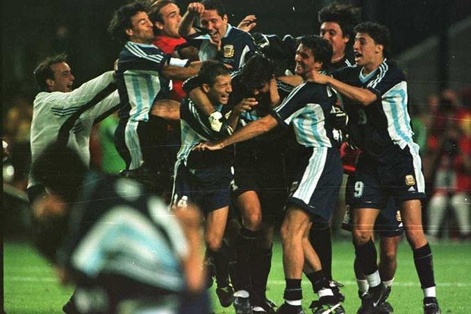 Jugadores argentinos celebran el pase a cuartos en el Mundial '98 - Odio Eterno Al Fútbol Moderno