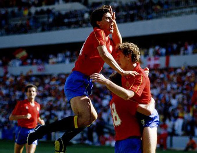 Jugadores españoles celebrando un gol ante Dinamarca en 1986 - Odio Eterno Al Fútbol Moderno