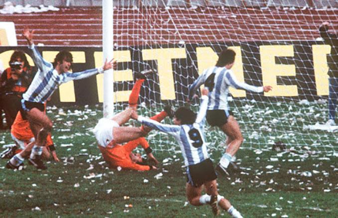 Uno de los goles de Kempes en la final del Mundial 1978 - Odio Eterno Al Fútbol Moderno