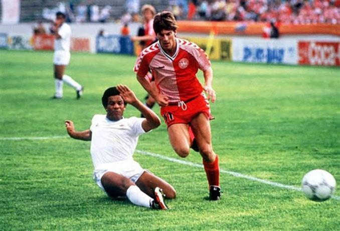 Laudrup en el partido frente a Uruguay en el Mundial 1986 - Odio Eterno Al Fútbol Moderno