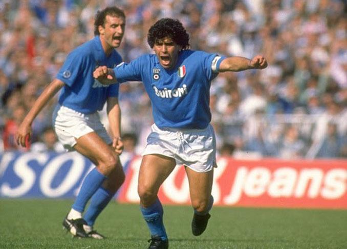 Maradona celebrando un gol el SSC Napoli - Odio Eterno Al Fútbol Moderno