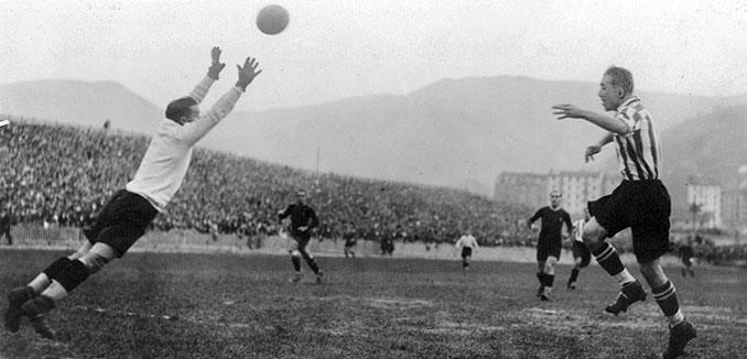 Llorens atrapa la pelota ante la presencia de Lafuente - Odio Eterno Al Fútbol Moderno