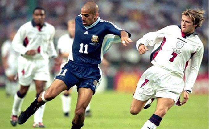 Verón y Beckham pugnan por el balón en el Argentina vs Inglaterra de 1998 - Odio Eterno Al Fútbol Moderno