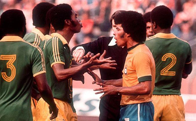 Discusión entre jugadores de Zaire y Brasil tras la acción de Ilunga - Odio Eterno Al Fútbol Moderno