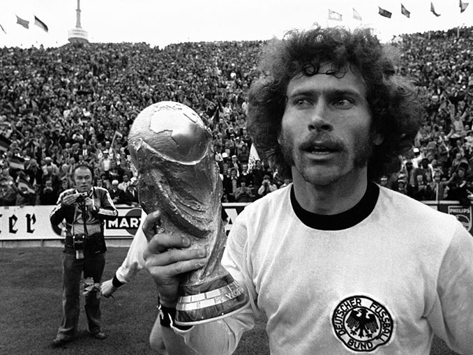 Paul Breitner con la Copa del Mundo de 1974 - Odio Eterno Al Fútbol Moderno