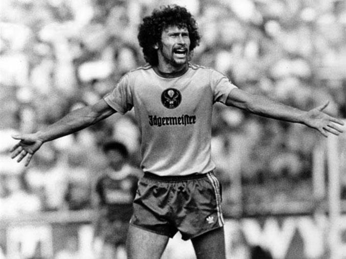 Afro en el Eintracht Brunswick, luciendo el logo del famoso licor del ciervo - Odio Eterno Al Fútbol Moderno