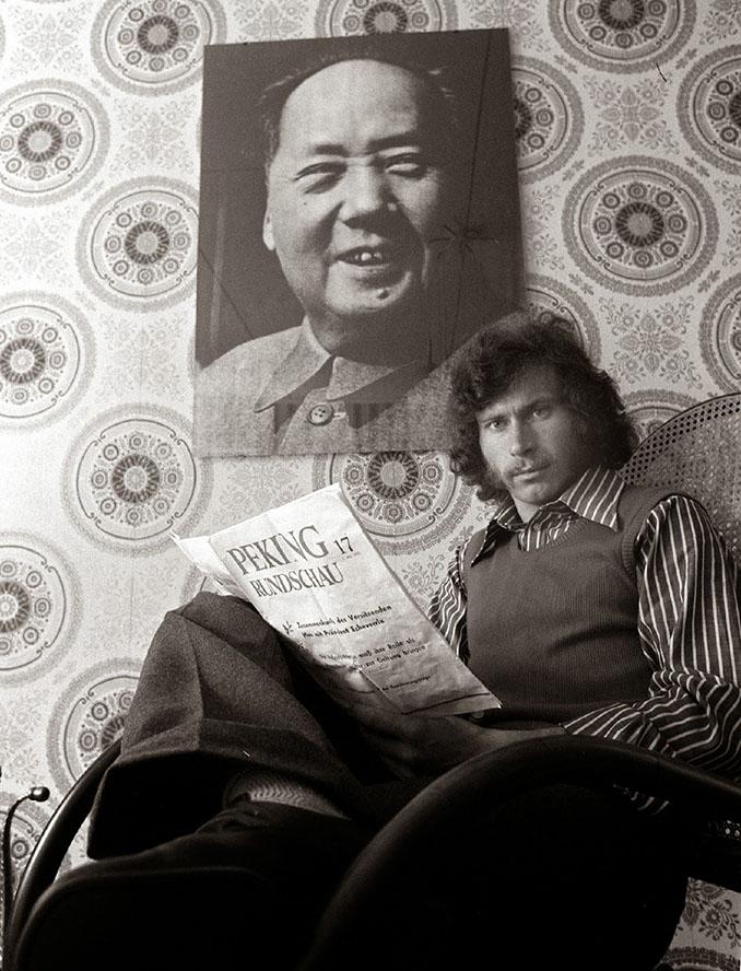 Paul Breitner con la imagen de Mao que presidía su salón - Odio Eterno Al Fútbol Moderno