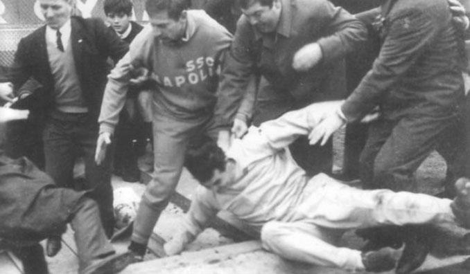 Imagen de la tragedia de Nápoles en 1955 - Odio Eterno Al Fútbol Moderno