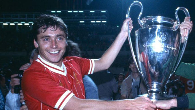 Michael Robinson con la Copa de Europa de 1984 - Odio Eterno Al Fútbol Moderno