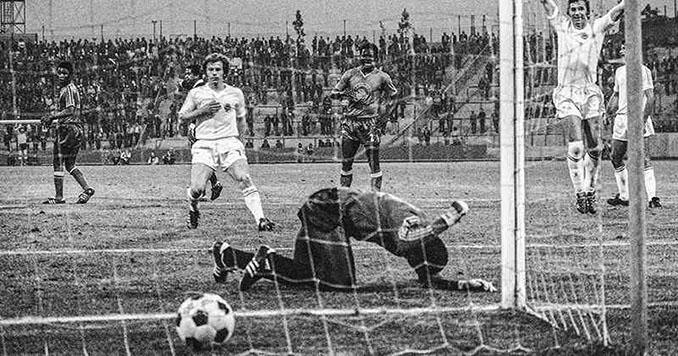 Tubilandu se lamenta de uno de los goles encajados ante Yugoslavia - Odio Eterno Al Fútbol Moderno