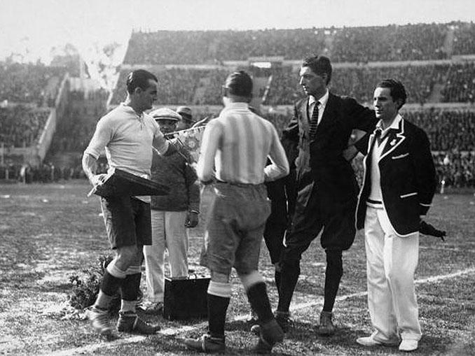 José Nasazzi, capitán de Uruguay saludando al árbitro y a Nolo Ferreira - Odio Eterno Al Fútbol Moderno