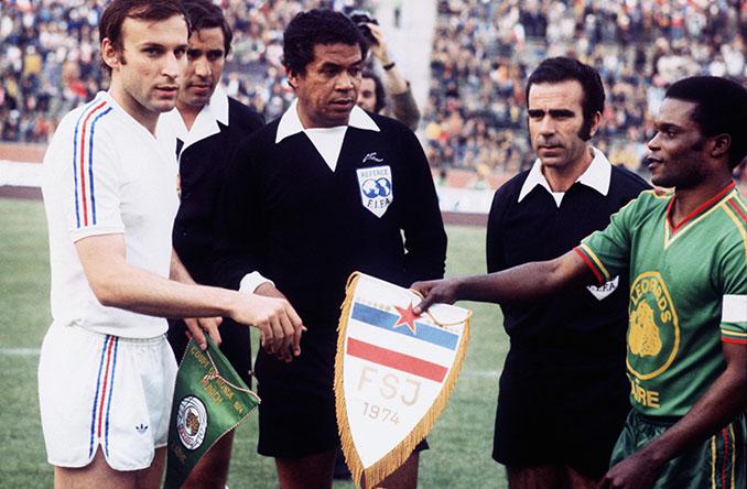 Saludo inicial de capitanes en el Yugoslavia vs Zaire del Mundial '74 - Odio Eterno Al Fútbol Moderno