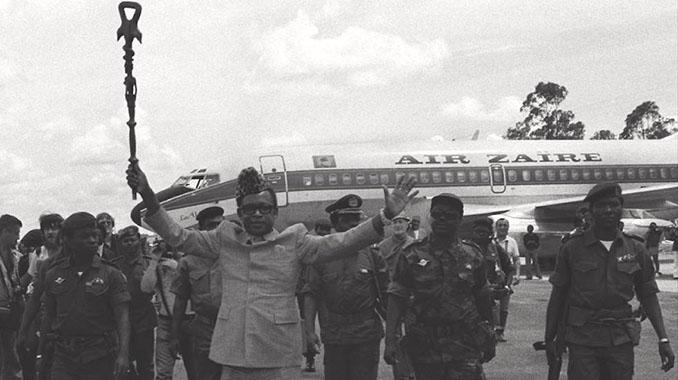 Mobutu con su avión presidencial de fondo - Odio Eterno Al Fútbol Moderno