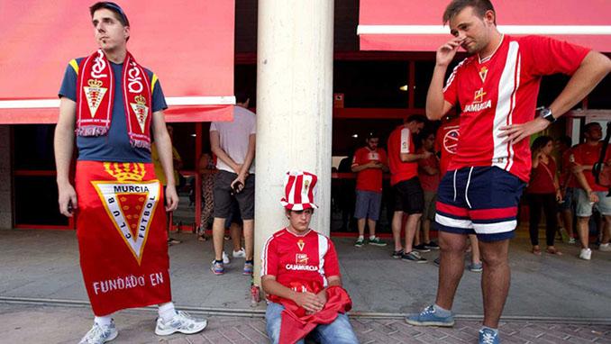 Aficionados del Real Murcia desolados tras el descenso administrativo - Odio Eterno Al Fútbol Moderno