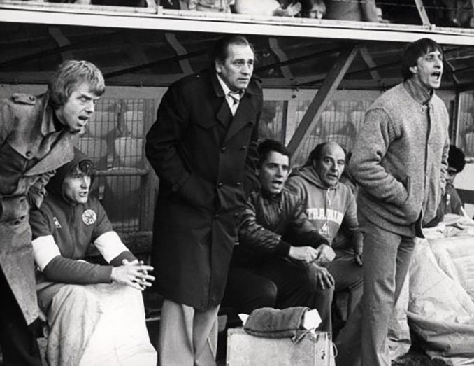Leo Beenhakker y Cruyff dejaron esta curiosa instantánea en el banquillo del Ajax - Odio Eterno Al Fútbol Moderno