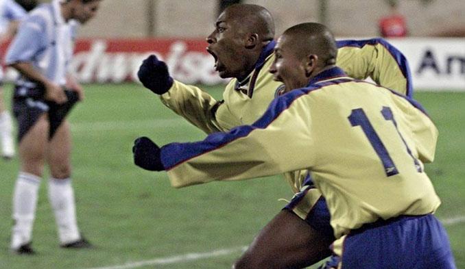 Edwin Congo celebra su gol a Argentina en la Copa América de 1999 - Odio Eterno Al Fútbol Moderno