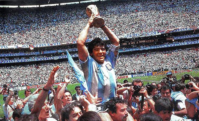 Maradona con la Copa del Mundo de 1986 -Odio Eterno Al Fútbol Moderno