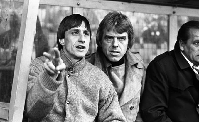 Cruyff y un cariacontecido Leo Beenhakker en el banquillo del Ajax - Odio Eterno Al Fútbol Moderno