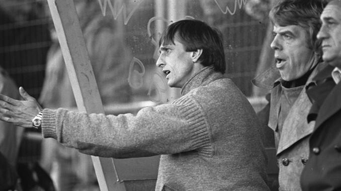 Cruyff dando instrucciones ante un atónito Leo Beenhakker - Odio Eterno Al Fútbol Moderno