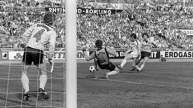 Heynckes dispara a portería en un Gladbach vs Dortmund - Odio Eterno Al Fútbol Moderno