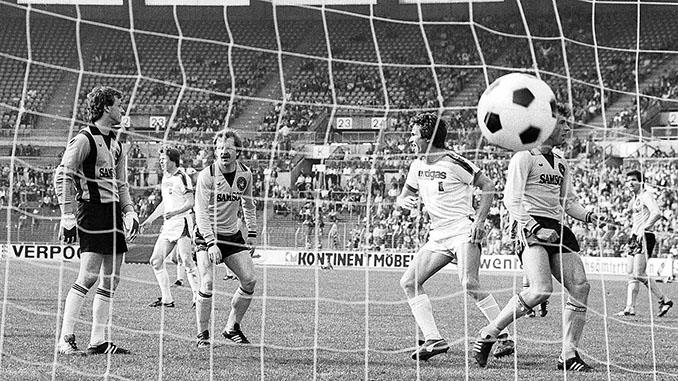 Los jugadores del Borussia Mönchengladbach celebran uno de los doce goles que marcaron - Odio Eterno Al Fútbol Moderno