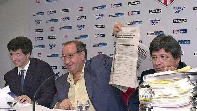 Gil Marín, Jesús Gil y Enrique Cerezo tras el registro de las oficinas del Atleti - Odio Eterno Al Fútbol Moderno