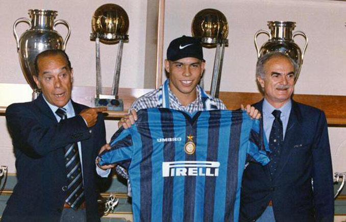 Luis Suárez y Sandro Mazzola acompañando a Ronaldo en la presentación con el Inter - Odio Eterno Al Fútbol Moderno