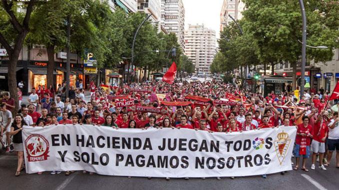 Manifestación de los aficionados del Real Murcia contra el descenso administrativo - Odio Eterno Al Fútbol Moderno