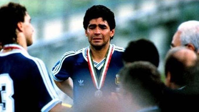 Maradona desolado tras la final frente a Alemania - Odio Eterno Al Fútbol Moderno