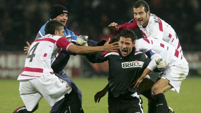 Celebración de los jugadores sevillistas tras el gol de Palop al Shakhtar - Odio Eterno Al Fútbol Moderno