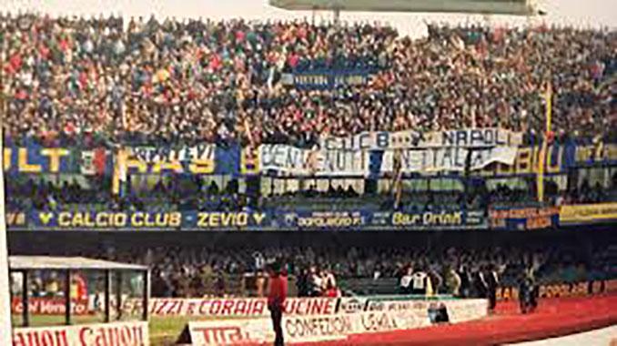 """""""Bienvenidos a Italia"""" rezaba la pancarta del Hellas Verona en un duelo contra el SSC Napoli - Odio Eterno Al Fútbol Moderno"""