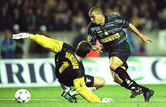 """Ronaldo """"El Fenómeno"""" cuajó una magnífica actuación en la final de la Copa de la UEFA de 1998 - Odio Eterno Al Fútbol Moderno"""