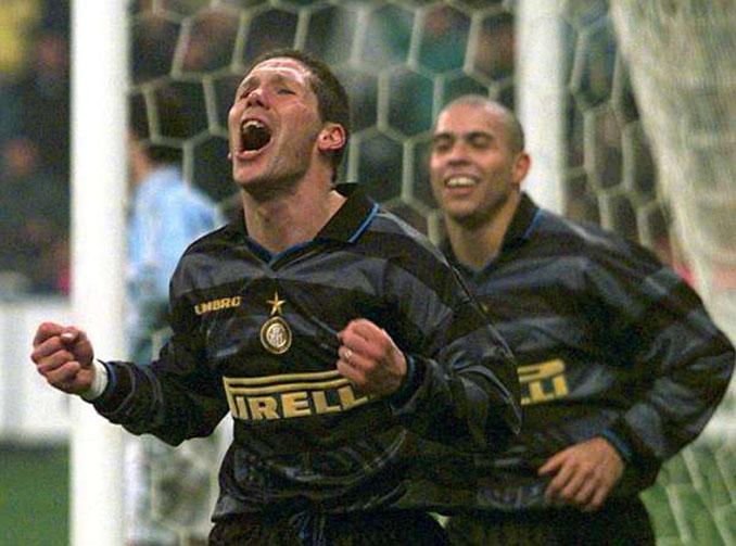 Simeone y Ronaldo celebrando un gol en la Copa de la UEFA 97-98 - Odio Eterno Al Fútbol Moderno