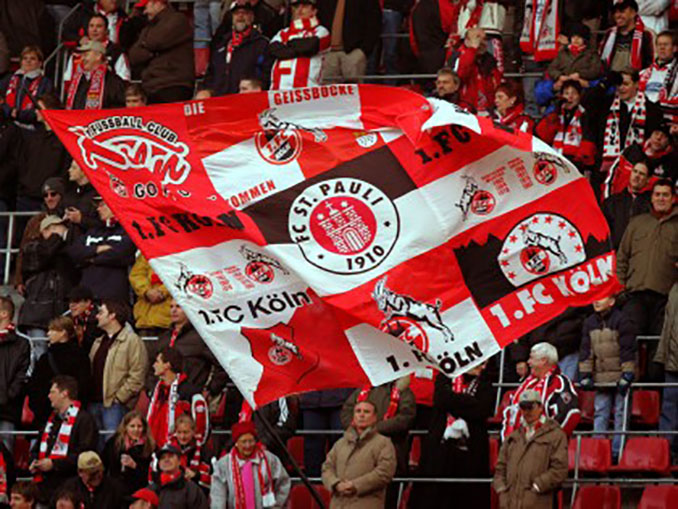 Aficionados del St. Pauli con el escudo del FC Colonia - Odio Eterno Al Fútbol Moderno