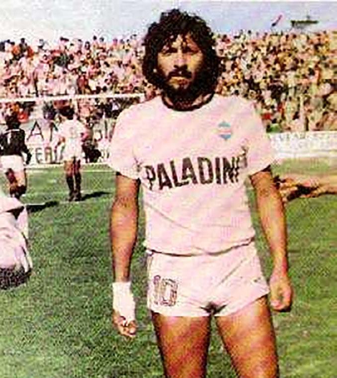 Trinche Carlovich con la camiseta de Central Córdoba - Odio Eterno Al Fútbol Moderno