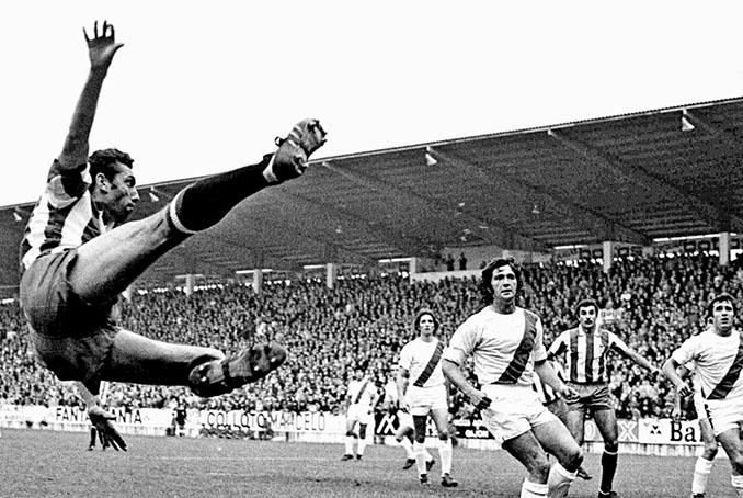Acrobacia de Quini en 1976 ante la atónita mirada de los defensores rayista - Odio Eterno Al Fútbol Moderno