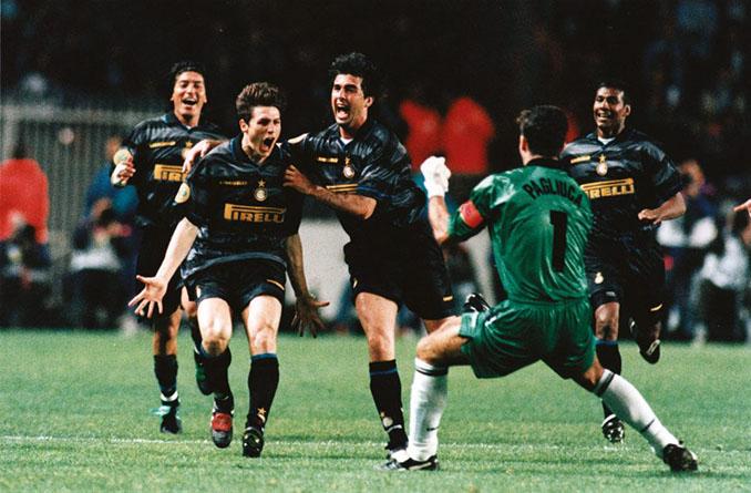 Zanetti marcó el segundo gol en la final de la Copa de la UEFA de 1998 - Odio Eterno Al Fútbol Moderno