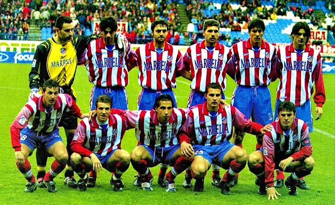 """Atlético de Madrid en la temporada 98-99. Luciendo """"Marbella"""" en la camiseta - Odio Eterno Al Fútbol Moderno"""