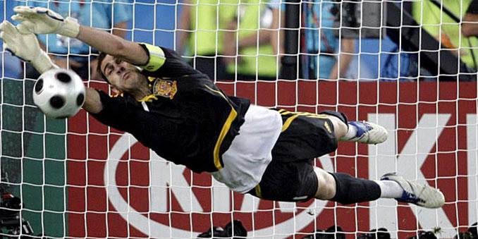 Casillas para un penalti de la tanda contra Italia en la Eurocopa 2008 - Odio Eterno Al Fútbol Moderno