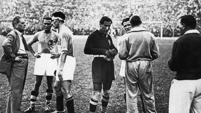 Vittorio Pozzo junto a sus jugadores en un partido del Mundial 1934 - Odio Eterno Al Fútbol Moderno