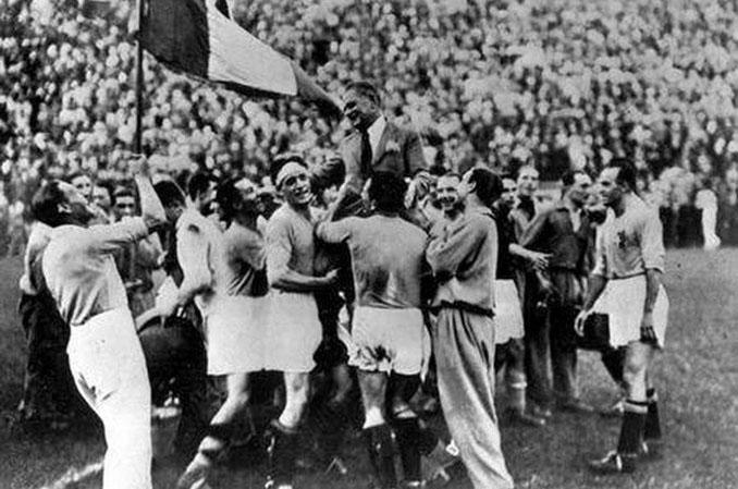 Jugadores italianos celebrando el Mundial 1934 - Odio Eterno Al Fútbol Moderno