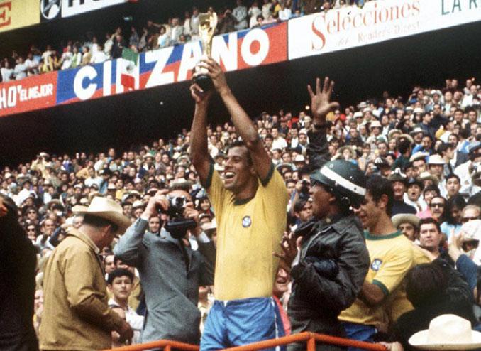 Carlos Alberto levantando la Copa del Mundo de 1970 - Odio Eterno Al Fútbol Moderno