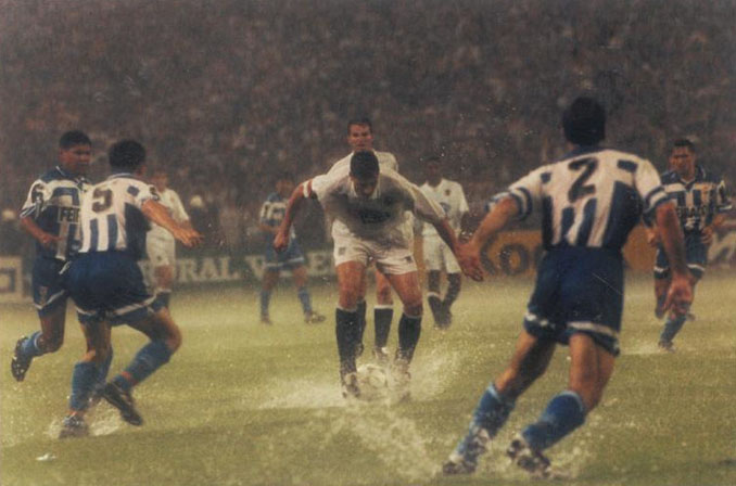 La final de la Copa el Rey de 1995 estuvo marcada por la lluvia - Odio Eterno Al Fútbol Moderno